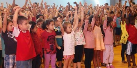 Taller de percussió corporal a l'Escola Andersen de Vic. Fotografia: Pere Roca.